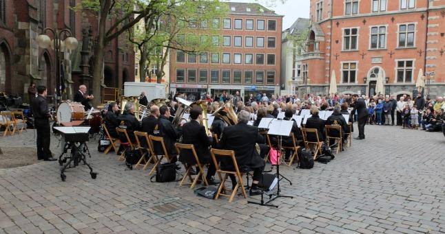 Ein großes kombiniertes Orchester