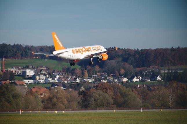 easyJet A319 kurz vor der Landung (G-EZAZ)