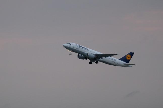 Airbus A320 mit Fahrwerksbeleuchtung