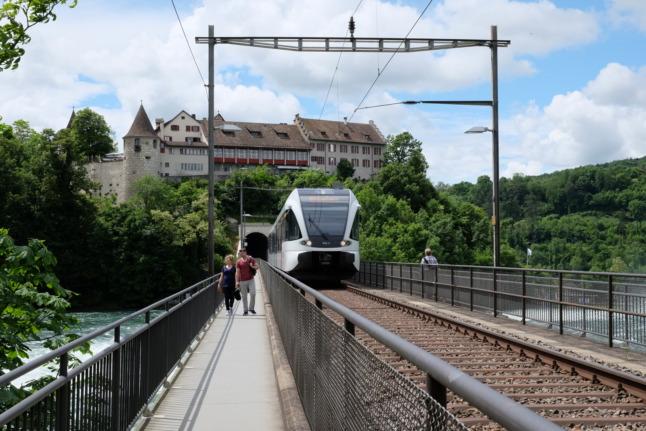 Schloss Laufen mit Zug